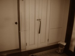 玄関収納跳ね上げ手摺施工前